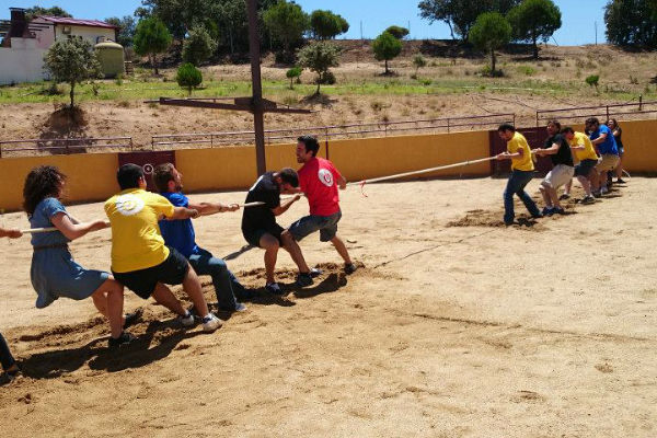 Jugando a la soga en evento team building